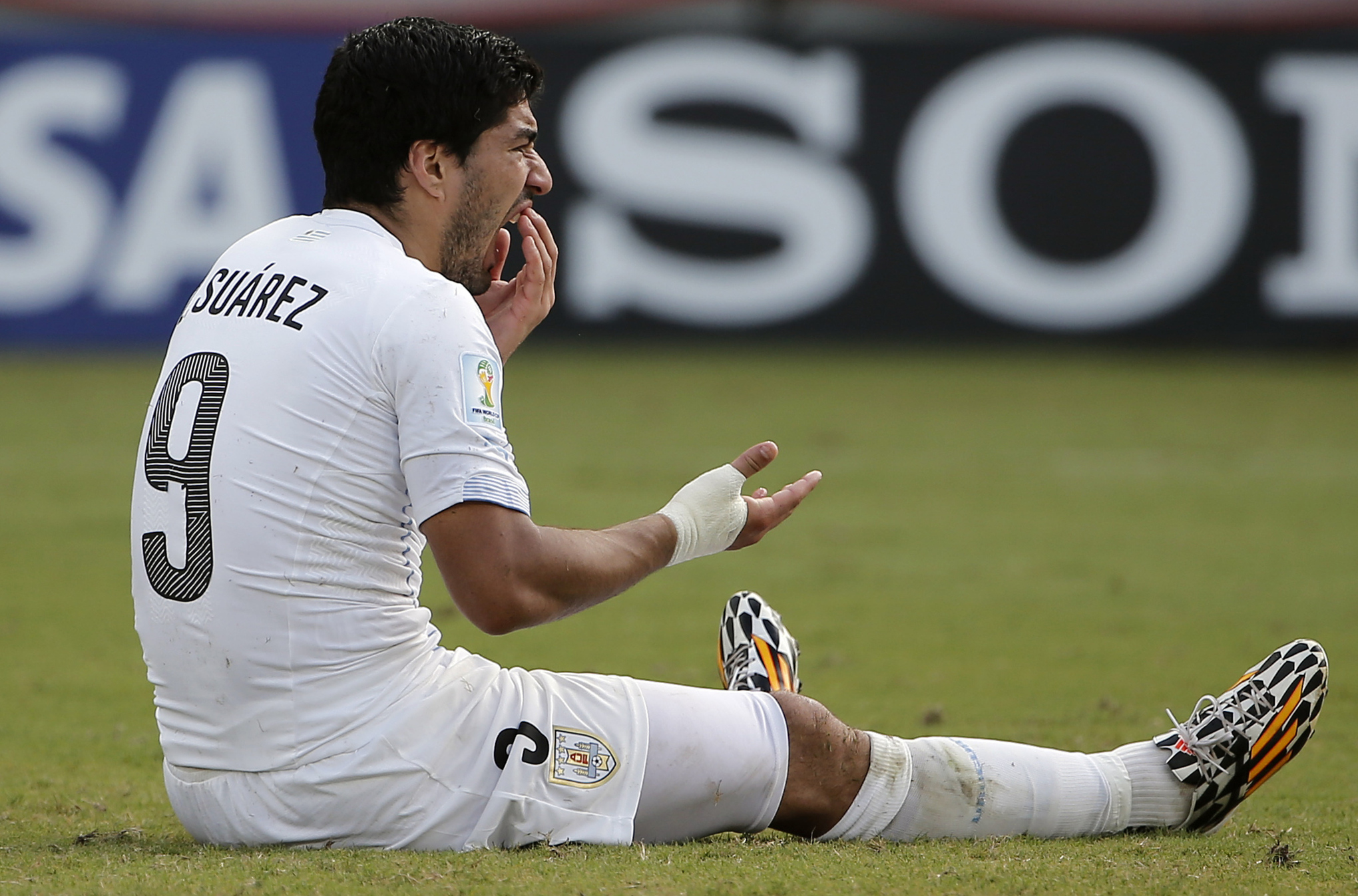 Suarez_mouth_hurts_medium