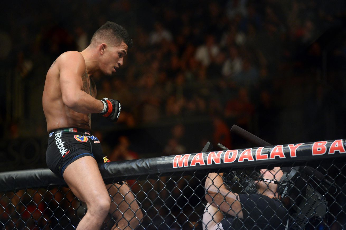community news, UFC on FOX 21 results: Anthony Pettis finishes Charles Oliveira via third round guillotine choke