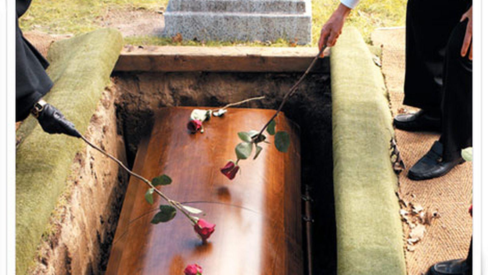 Секс на кладбище с вдовушками 6 фотография
