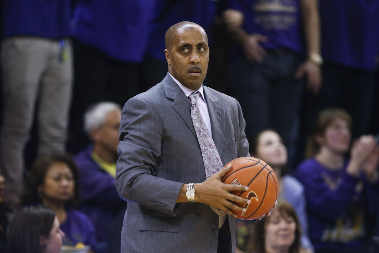 Lorenzo Romar: Stephen Thompson traveled on 3-pointer