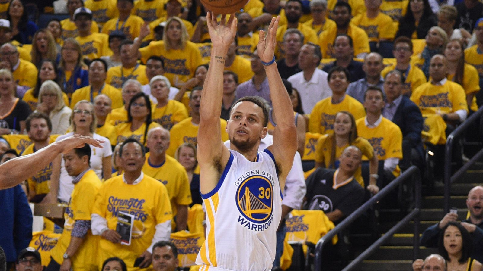 Vs thunder game 1 halftime score stephen curry s buzzer beating