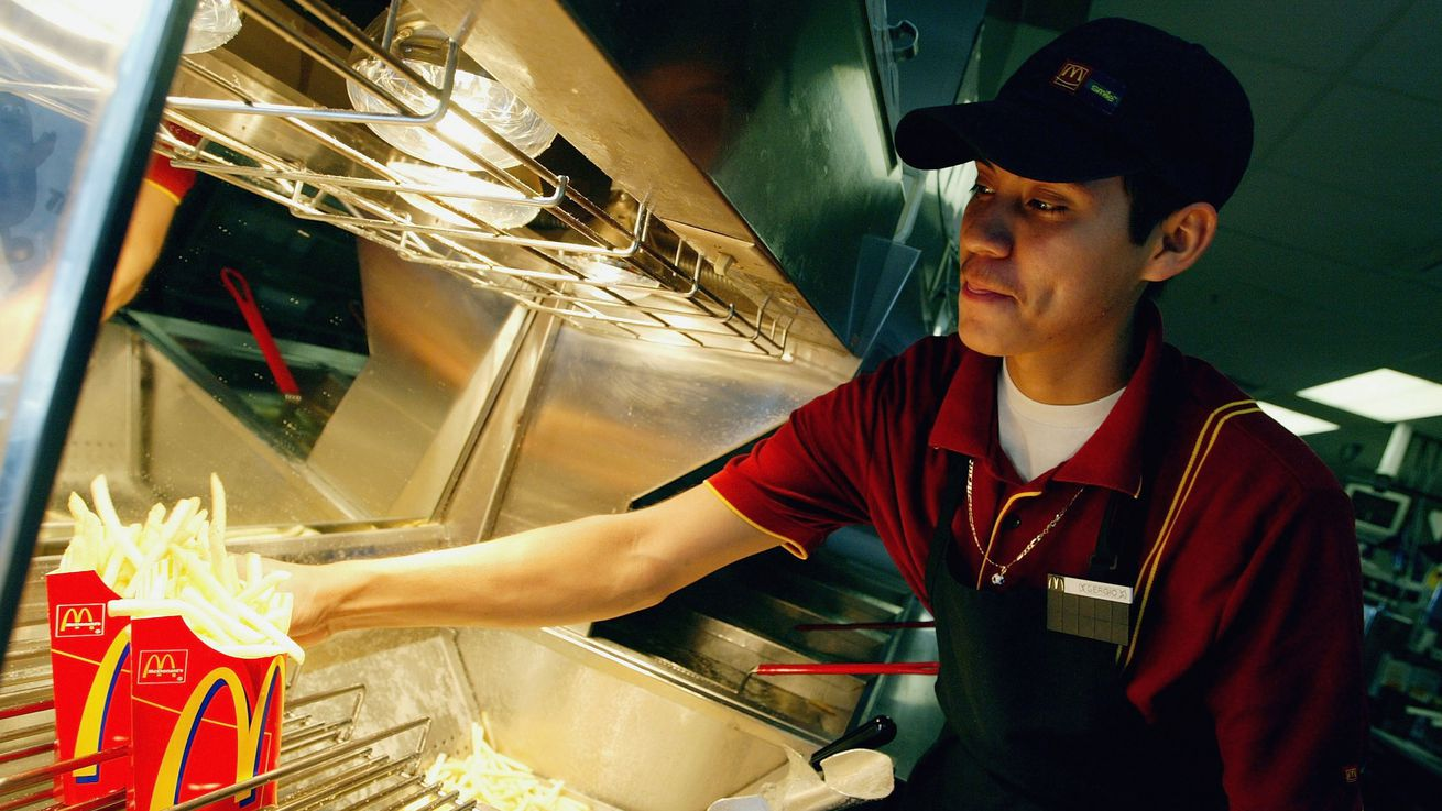 52 Percent of Fast Food Workers Need Government Assistance ...
