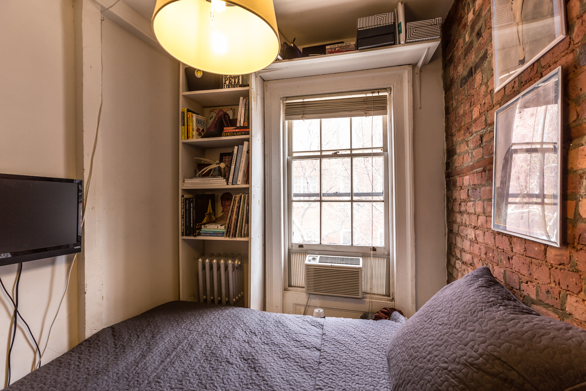 How one new yorker lives comfortably in 90 square feet for 100 sq ft room size